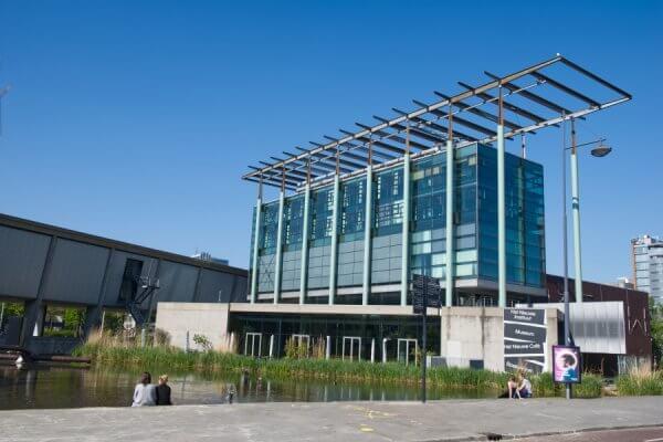 De vijver voor Het Nieuwe Instituut in Rotterdam
