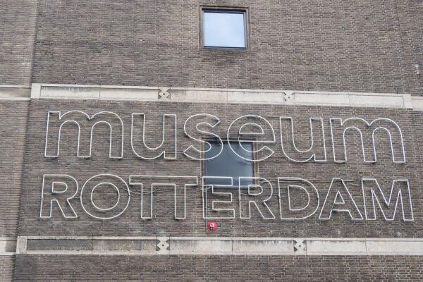 Neon letters aan de muur museum Rotterdam