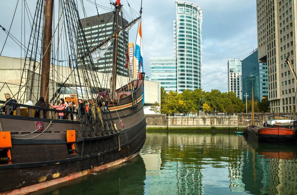Oud schip bij haven van Maritiem museum in Rotterdam