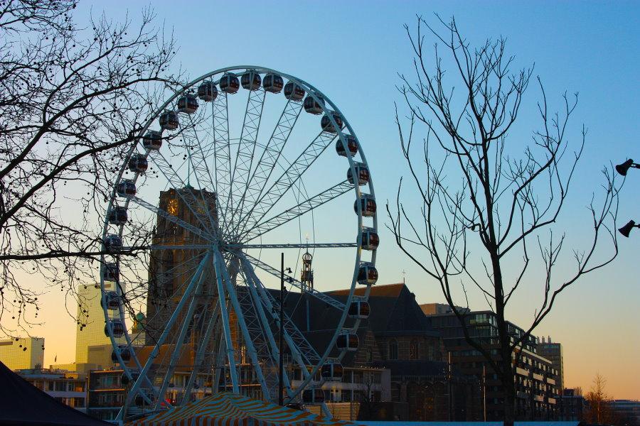 reuzenrad Skyview naast de Markthal in avondschemer