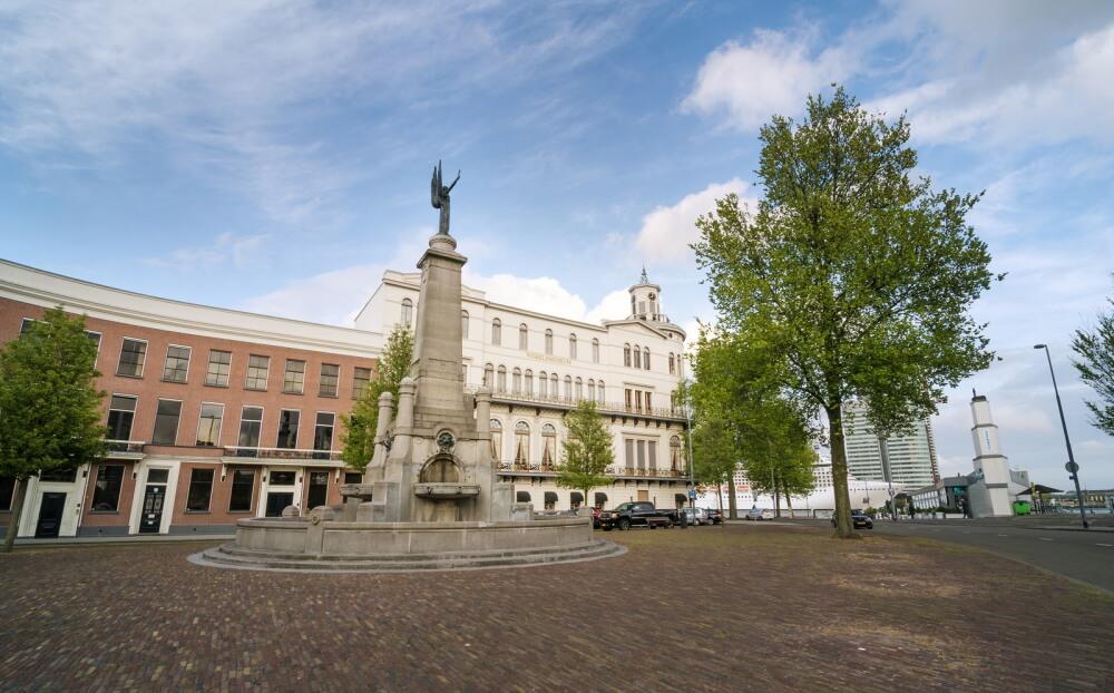 Wereldmuseum met in voorgrond het Calandmonument