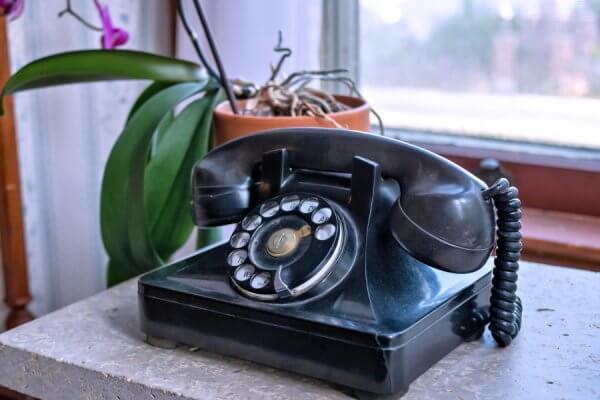 Zwarte telefoon met draaischijf
