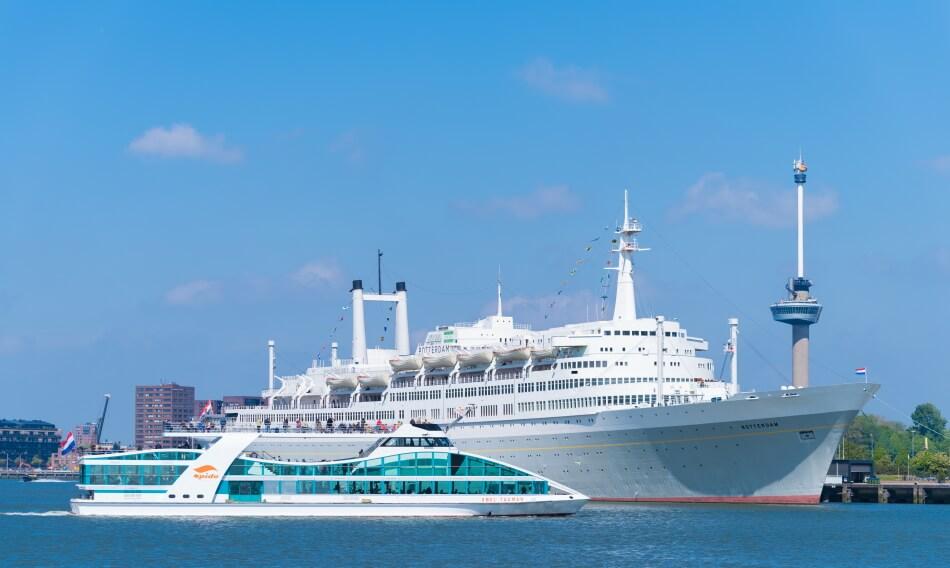 Spido Ronvaartboot vaart langs SS Rotterdam
