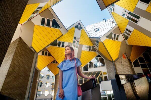 Vrouw bij kubus woningen in Rotterdam