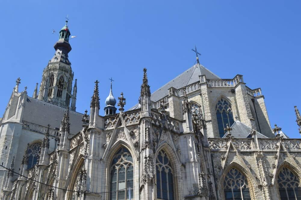 Bovenkant van grote kerk in breda